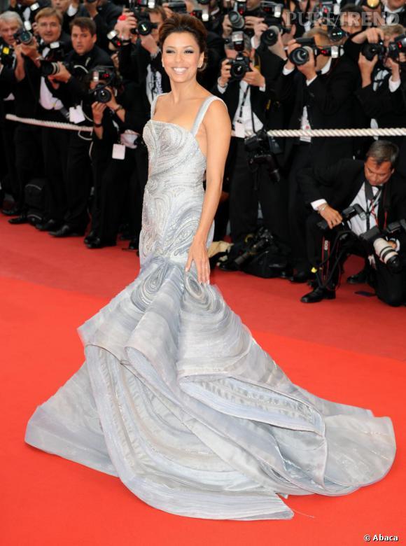 2009 : Eva Longoria joue els princesse, le chignon dompté et gonflé, précieuse dans une robe fourreau Versace.
