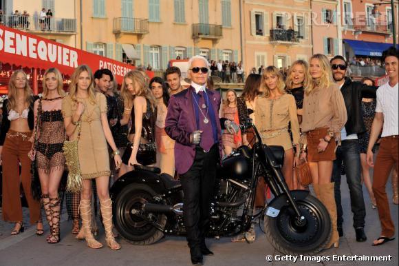 La collection croisière Chanel, printemps été 2010/2011 : Karl Lagerfeld et les mannequins à la fin du défilé