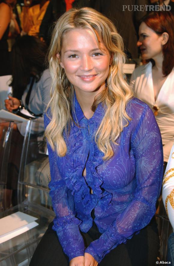 En juillet 2004, Virginie Efira n'est pas encore la nouvelle star mais porte déjà du bleu. Un peu froufroutant et transparent, on est peu convaincus