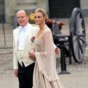 Pour le mariage de Victoria de Suède, Charlene s'offre une veritable robe de princesse, un modèle fait pour elle.