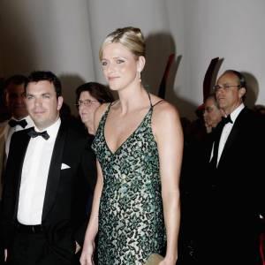 Charlène choisit généralement des robes longues dans des tissus raffinés. Ici elle opte pour une forme à fines bretelles lui mettant en valeur la silhouette, le vert émeraude se mariant délicieusement avec son blond.