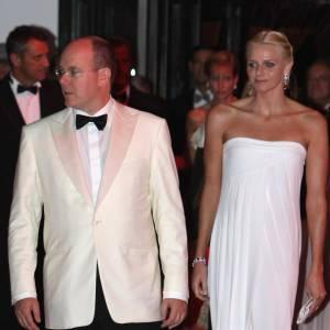 Dans une simplissime robe blanche en bustier, Charlene éblouit aussi.