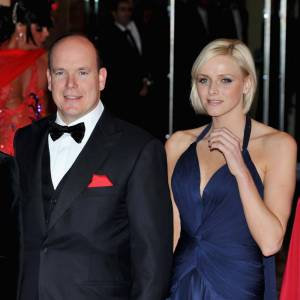 Une petite coupe garçonne blond clair et une robe drapée au décolleté plongeant bleu nuit, Charlene est au top du glamour.