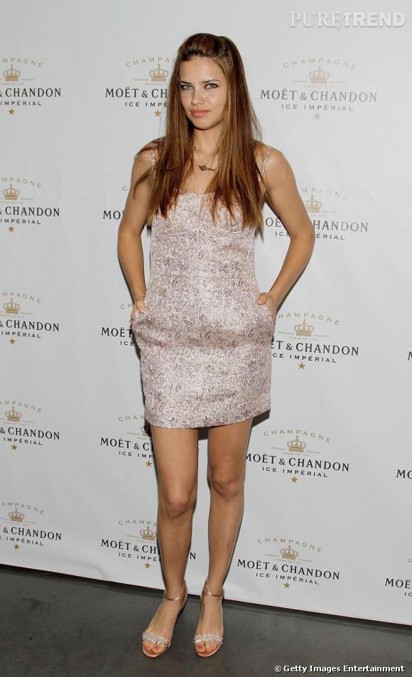 Adriana Lima, sublime en minirobe