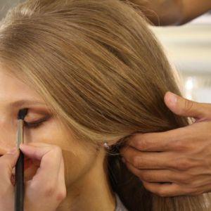 Gordon Espinet, make-up artist chez M.A.C, voulait un maquillage inspiré du glamour du début des années 60. Une palette dans les tons bruns est appliquée en nuances tout autour de l'oeil. Ici, un fard plus sombre au dessus de la paupière mobile.