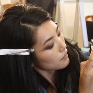Un petit souvenir pour Liu Wen, qui photographie une copine se faisant maquiller.