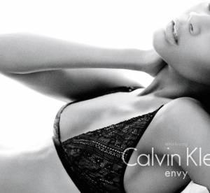 Zoe Saldana, égérie sexy pour Calvin Klein lingerie