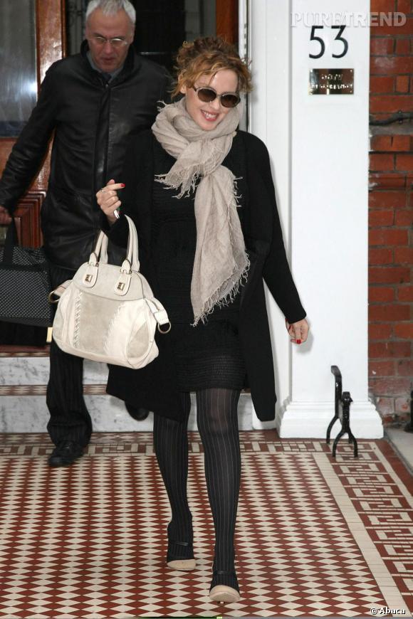 Kylie Minogue adopte Givenchy pour ses accessoires avec un ravissant sac blanc.