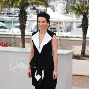 La française Juliette Binoche adopte le black & white caractéristique pour le Festival de Cannes avec un ensemble futuriste.