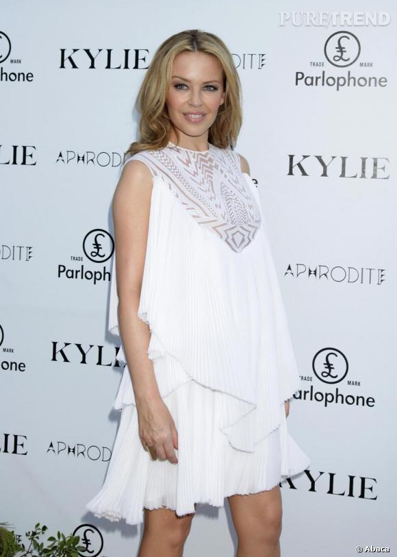 Kylie s'offre une allure de vestale en robe ethnique ajourée sur la poitrine.