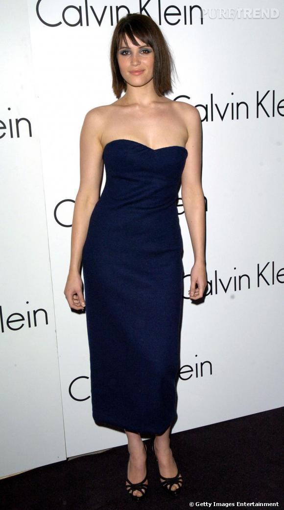 Pour la nouvelle collection Calvin Klein en 2007, Gemma opte pour une longue robe bustier qui lui dessine une silhouette à la fois moderne et chic.