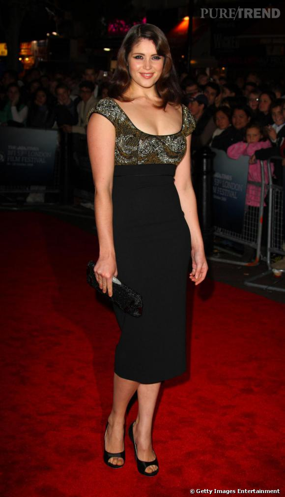 Un peu trop dadame en 2009, Gemma perd de son glamour et semble choisir pile poil la forme de manches qui lui épaissit l'épaule.