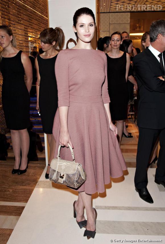 Pour l'ouverture d'une boutique Louis Vuitton à Londres, Gemma revêt un total look de la maison. Si la robe ne lui dessine pas la plus jolie des silhouettes, elle démontre un goût raffiné et la couleur sied à sa carnation.