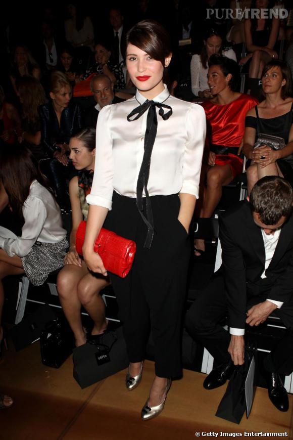 Sur le Front Row d'Armani Privé, Gemma joue le masculin-féminin à la perfection et coordonne même son rouge à sa pochette. Gemma maîtrise la mode.