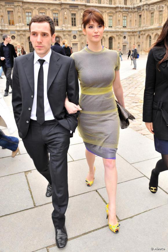 Pour le show Louis Vuitton en 2008, Gemma se transforme en trend-setteuse avec une robe résolument futuriste. La forme et la couleur ne la flattent cependant pas vraiment.