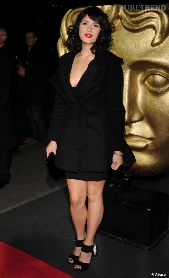 Changement de look pour les Bafta. Gemma se boucle les cheveux et opte pour un petit ensemble noir très glamour et sensuel.