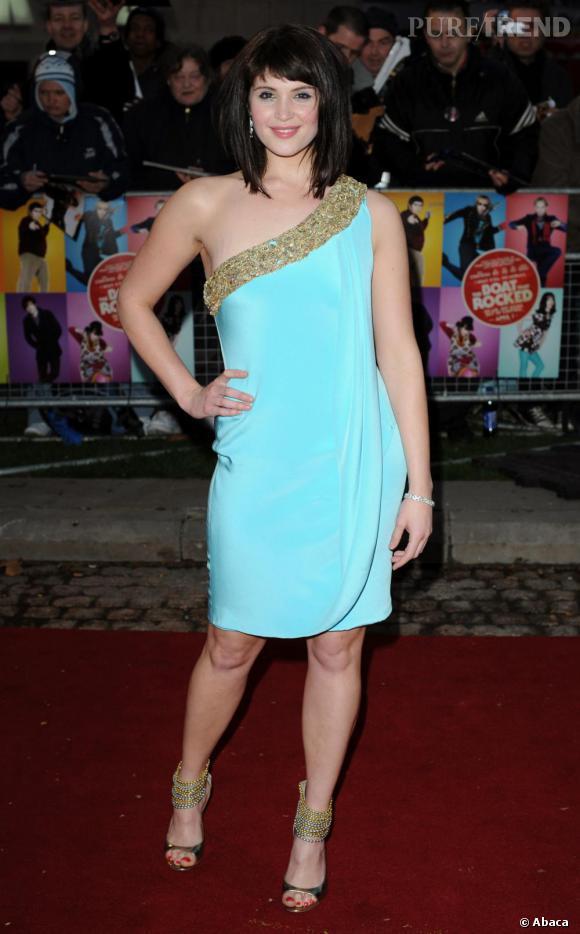 Très bimbo, en 2009, l'actrice opte pour une mini robe one shoulder acidulée et strassée, une petite touche de sexy mais un peu vulgaire.