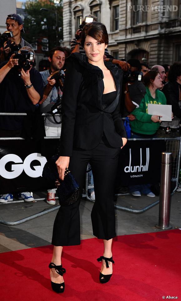Pour les GQ Men of the Year Awards, Gemma renoue avec le look masculin féminin mais over sensuel dévoilant un bustier sous une veste stylisée.