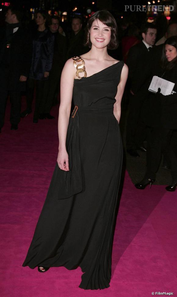 Pour la première de son film St Trinian's, l'actrice opte pour une robe one shoulder drapée semée d'anneaux dorés. Le noir flatte assurement sa silhouette.