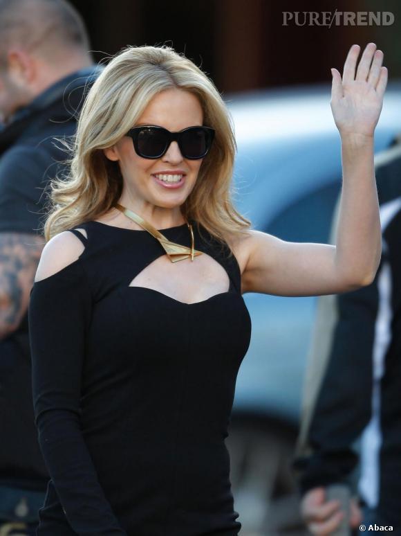 Kylie Minogue salue la foule à Melbourne.
