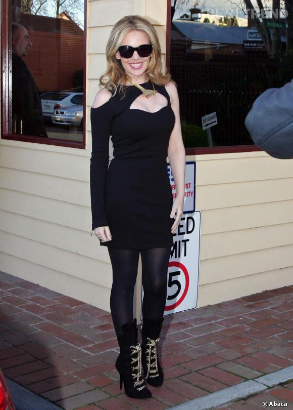 Kylie en total look noir pour l'émission Hey Hey It's Saturday.