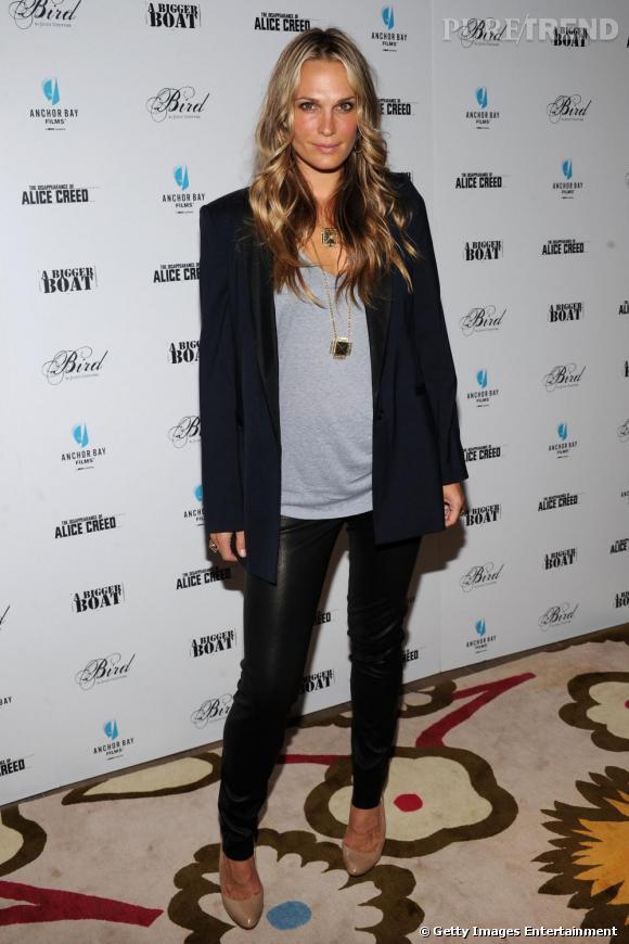 Legging en cuir + t-shirt loose + blazer noir : Molly trouve la bonne combinaison pour être sexy sans montrer beaucoup de peau
