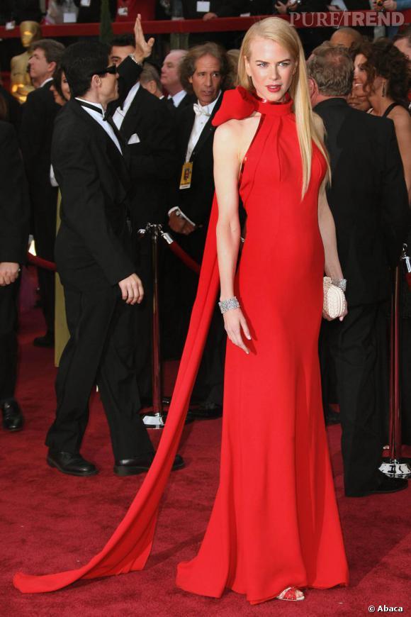 Des bracelets au poignet, son indispensable côté accessoire, Nicole Kidman s'assure une allure de femme fatale en rouge.