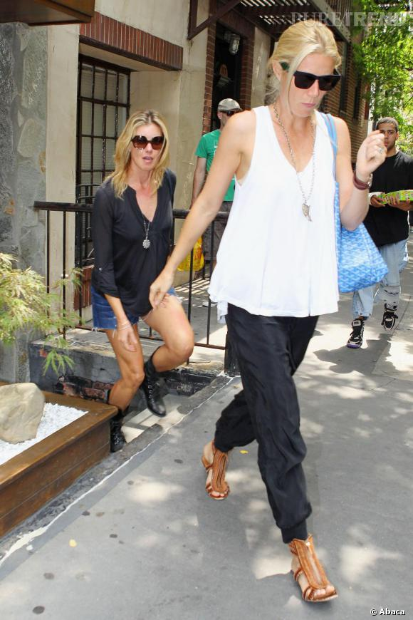 Arborant un look moins guindé qu'avant, Gwyneth s'offre une allure stylée.