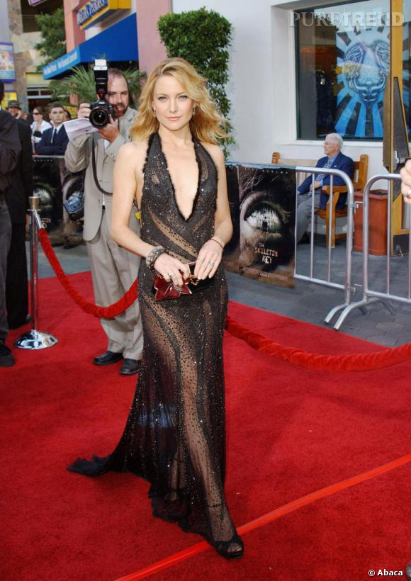 Terriblement sensuelle, Kate Hudson joue avec douceur de la transparence de sa robe.