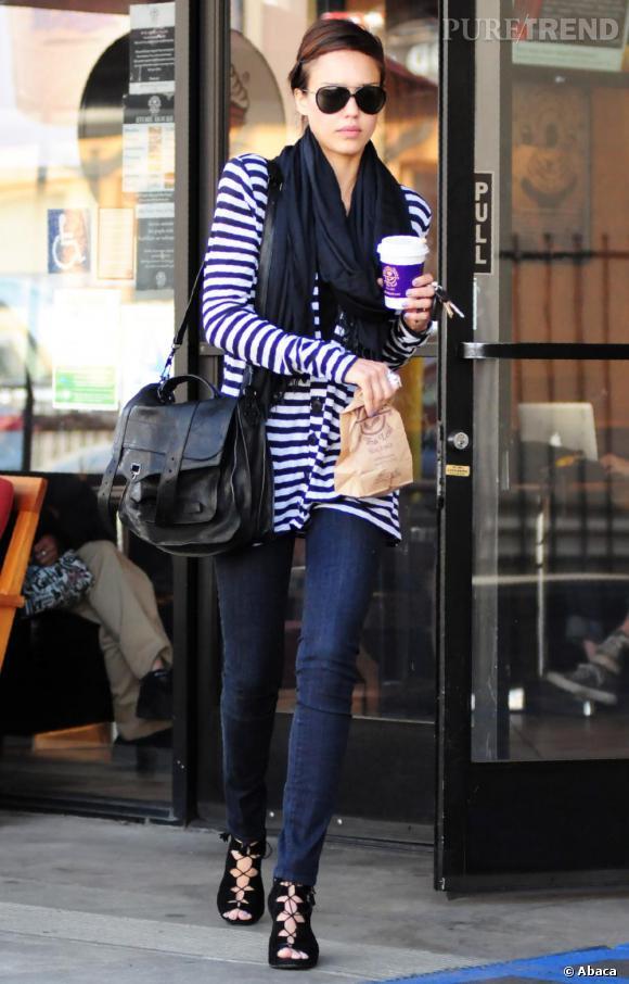 Cardigan marinière et foulard XXL : Jessica Alba arbore encore un street look parfait.