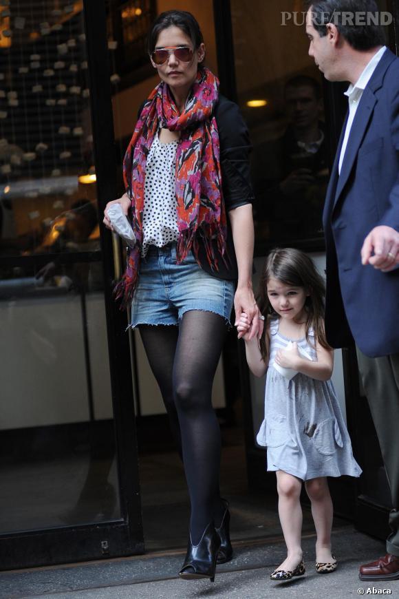 Le foulard protège, mais sert aussi à pimenter son style comme le montre Katie Holmes.