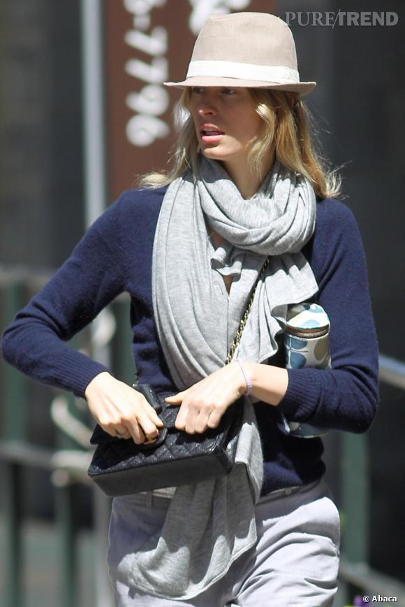 Oversoze et en coton, Karolina Kurkova opte pour un foulard gris pour accessoiriser avec style son look.