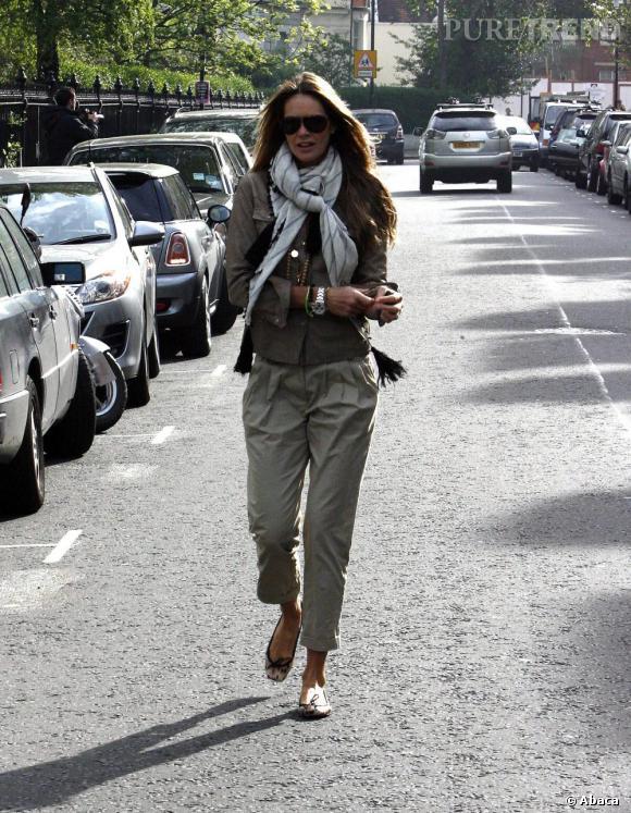 Elle MacPherson ose le foulard à gros pompons pour finaliser son look urban safari.