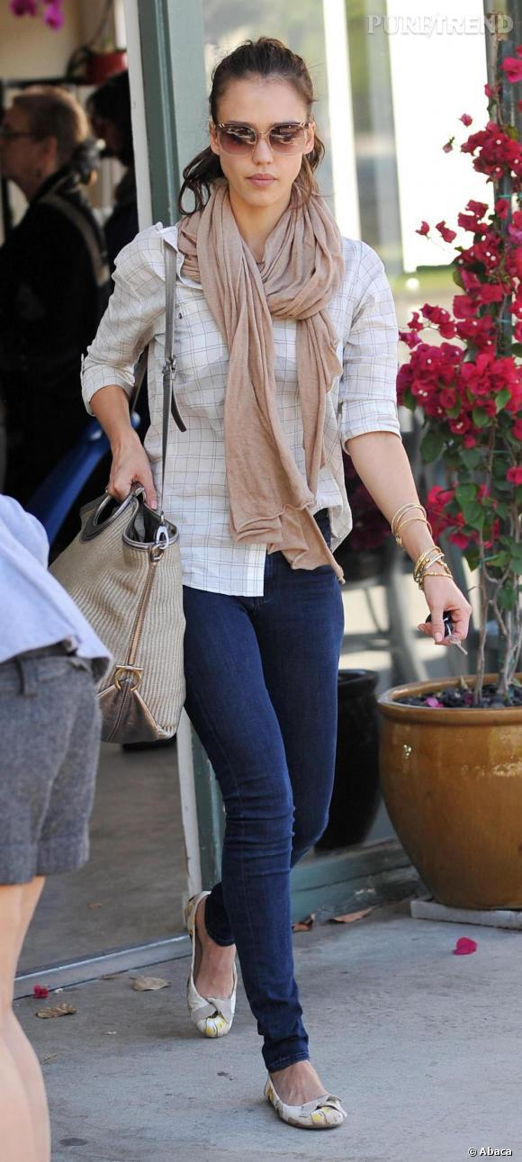 Jessica Alba est une véritable adepte du foulard et en abuse avec style.