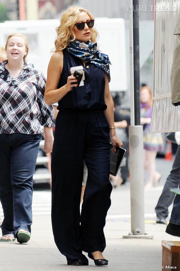 Kate Hudson pimente son look grâce à son foulard.