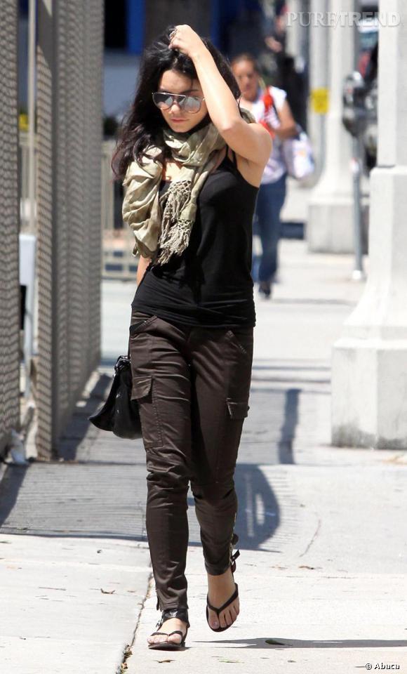 Casual, mais trendy Vanessa Hudgens est une fan du foulard.