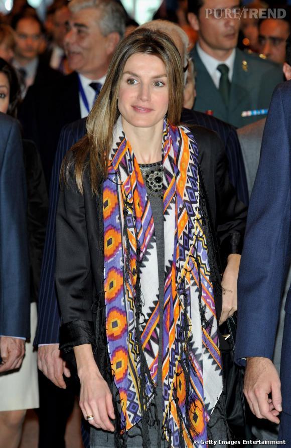 Letizia Ortiz a fait du foulard un de ses indispensables.