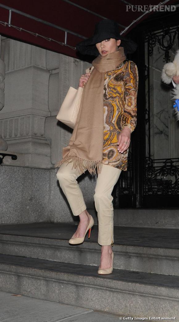 Même la diva Catherine Zeta-Jones adhère au foulard XXL.