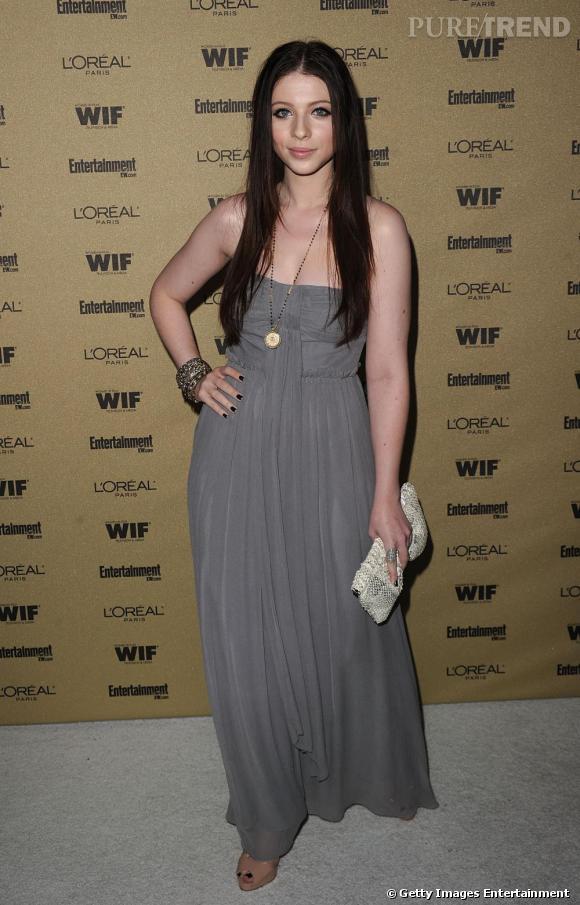 Michelle Trachtenberg arbore un look élégant en robe grise à Hollywood.