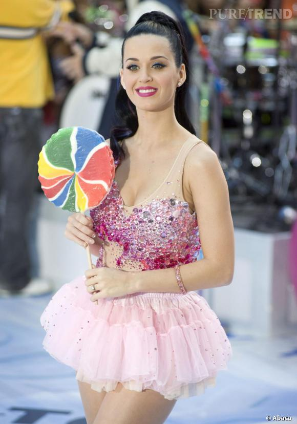 Sucette géante pour Katy Perry qui retombe en enfance avec un total look acidulé.
