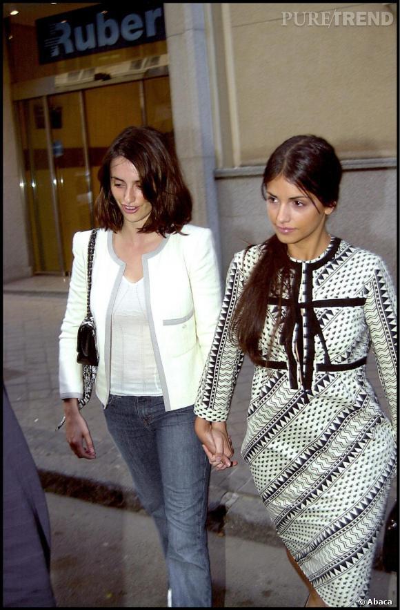 En 2003, Penelope est déjà une star, Monica elle fais ces premiers pas dans Un Dos Tres. L'une revisite l'esprit Chanel mais se laisse aller sur la coiffure. L'autre choisit une robe aux imprimés peu flatteurs.