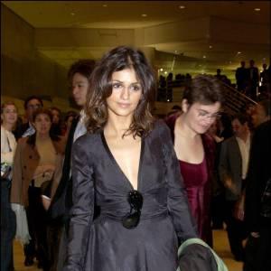 Monica suit la voie de sa soeur avec des tenues sombres mais un peu plus cheap, les escarpins à lacets donnant le coup de grâce.