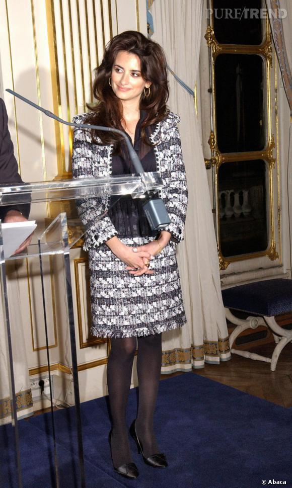 Lorsqu'elle devient chevalier de l'ordre des Arts et des Lettres, Penelope revisite le style chic à la parisienne.