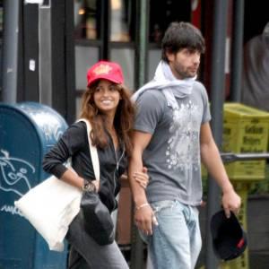 Monica préfère le look glmaour streetwear, casquette américaine sur la tête.