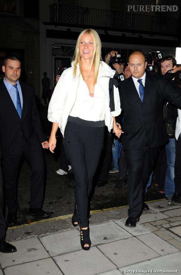 La grande blonde sublime ses longues jambes avec son slim noir.
