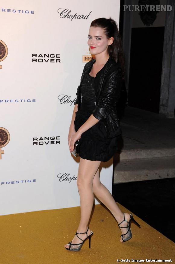 Roxane Mesquida tente une robe noire d'esprit couture qu'elle dédramatise avec un perfecto.