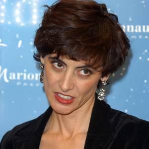 """2002 : Inès de la Fressange, toujours la bouche rouge et les yeux noirs essaie une coupe très """"Princesse Diana""""."""