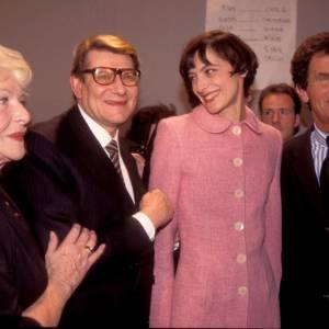 En l'an 2000, Inès laisse un peu plus pousser ses cheveux qui, associé à sa tenue rose, fait très petite fille modèle.
