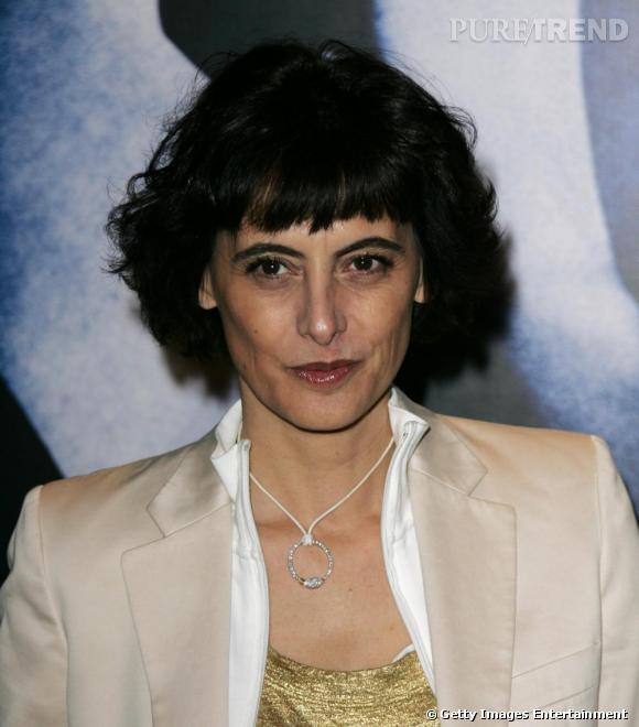 2005 : Inès de la Fressange opte pour un maquillage très discret. Les cheveux plus longs, elle y ajoute une petite frange.
