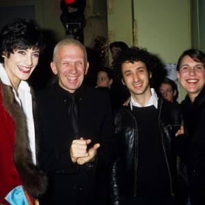 Ici en 1993, Inès de la Fressange, aux côtés de Jean Paul Gaultier, Jérôme Dreyfuss et Isabel Marrant, arbore une coupe garçonne avec une petite frange.